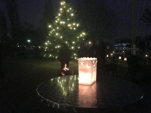 Feuer und Fackel unter dem Weihnachtsbaum